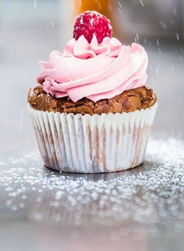 Ricette-con-i-lamponi_cupcake-festivi-al-cacao-con-frosting-ai-lamponi