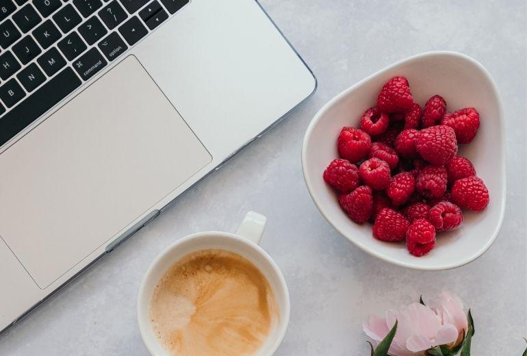 stare-bene-con-fragole-piccoli-frutti-a-casa-vita-sedentaria